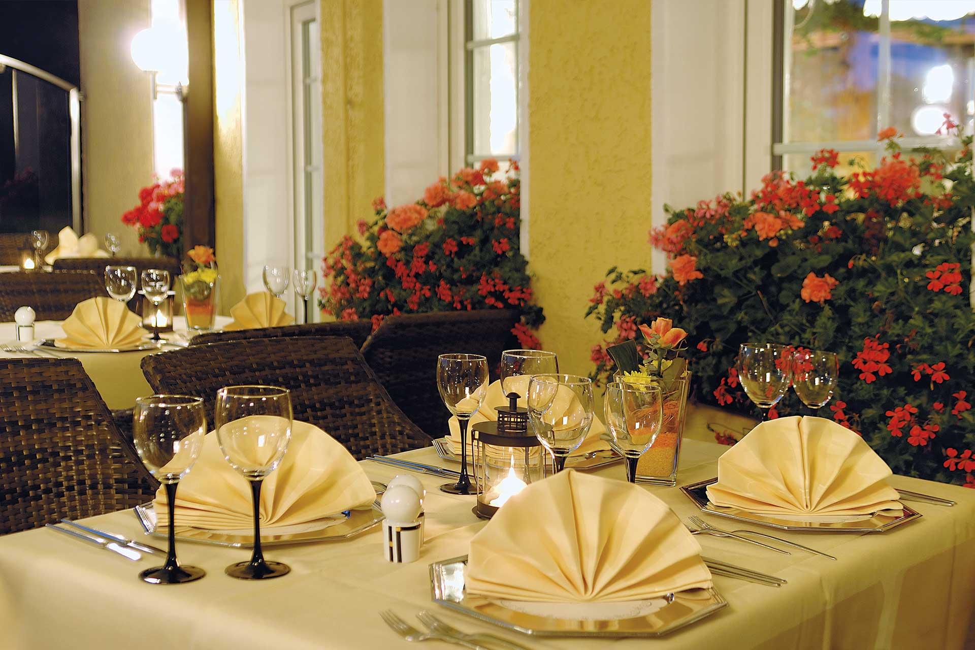 hotel-berghof-terrasse-einzeltisch